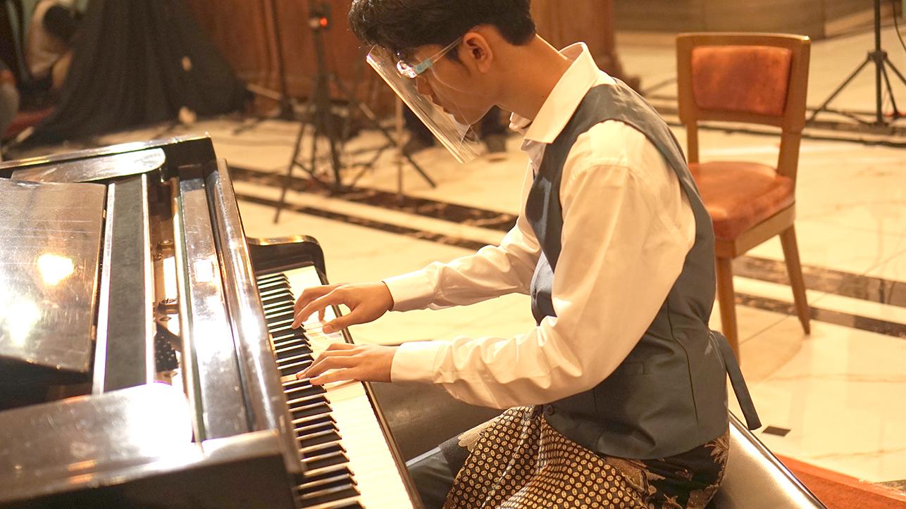 Atas Nama Cinta, Getar Piano itu Melebur